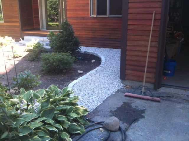 Crushed stone drip-edge with cobblestone border